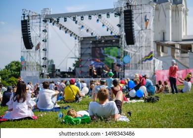 Couchbeobachtung Konzert auf Open-Air-Musikfestival, Rückblick, Bühne und Zuschauer auf Hintergrund