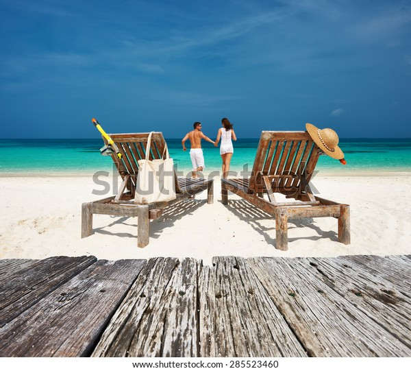 Un couple de blancs se détend sur une plage tropicale aux Maldives
