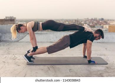 筋トレをする女性と男性