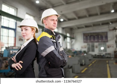 A couple of young engineers came to the plant to check. Engineers stand back to back. The picture illustrates the technology.