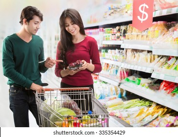 Couples are choosing food at the supermarket