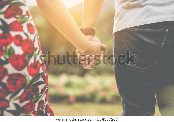 手を持つカップル。愛の夏