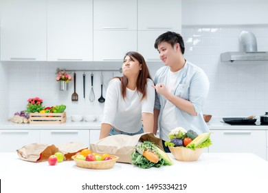 Couples reconcile in cooking in the kitchen.