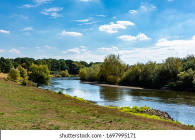Kurs des Flusses Weser in Drakenburg im Sommer