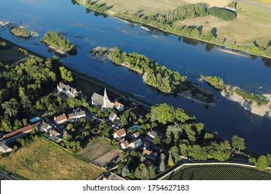 Cour-sur-Loire dans la vallée de la Loire vue du ciel, département du Loir-et-Cher (41), région du Centre-Val de Loire, France
