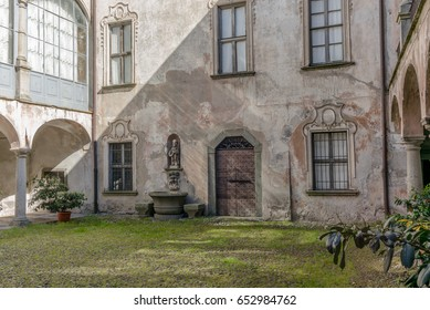 Courtyard on a medieval house - 5