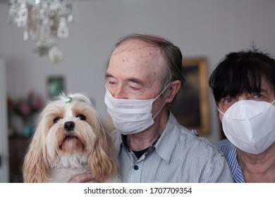 Covid 19. Alter Mann mit Frau in Quarantäne.Eine Phase der weltweiten Grippepandemie. Suchen Sie nach besseren Morgen.