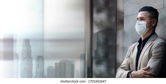 Covid-19 Lage in Business Concept. Geschäftsmann mit Sicherheitschirurgischer Maske im Office City Building. Arbeitnehmer oder Eigentümer Geschützte und Gesundheitsversorgung. Aufgrund des Corona-Virus gestresst