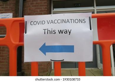Covid-19 Les panneaux de vaccination à la clinique de vaccination ainsi avec une flèche bleue. Des panneaux publicitaires faits maison dans les banlieues britanniques, DIY notice indique au public quel chemin prendre pour obtenir de l'aide pendant la pandémie de coronavirus