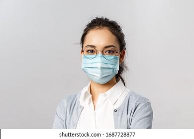 Covid19, Virus, Gesundheit und Medizin Konzept. Porträt einer jungen asiatischen Frau, die eine ärztliche Gesichtsmaske trägt, um eine Infektion durch Koronaviruten zu verhindern, während der Quarantäne sicher zu Hause zu bleiben, Pandemie