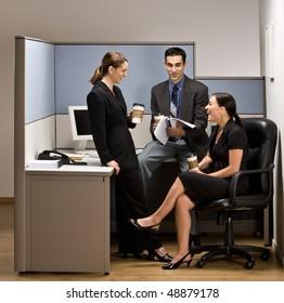 Mitarbeitende im Büro