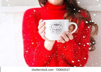 Gemütliche Atmosphäre Mädchen mit großer Tasse Kaffee Kakao Schokolade Weihnachten im Winter