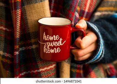 Gemütlicher Herbstkaffetasse, Frauen, die warme, rustikale Herbstkafftasse mit gemütlichem Schal halten, gemütliches Herbstleben