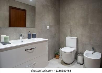 Das gemütliche, frische und saubere moderne Badezimmer
