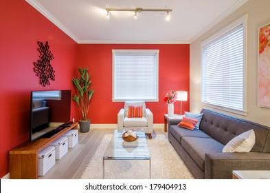 El moderno y acogedor diseño interior del salón rojo