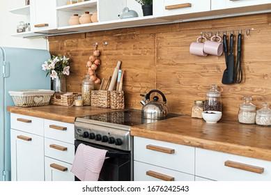 gemütliches weißes Kücheninnere, leeres Zimmer