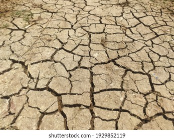 cracked soil patterns due to drought in the dry season