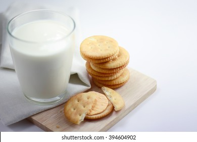 crackers cheese with milk between-meal edible