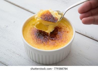 cracking caramel of creme brulee