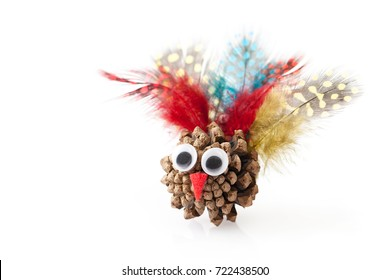Crafts with the child for thanksgiving with natural materials: fir cone, feathers, felt. Place for text.