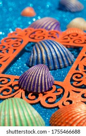 Crafts with clam shells. Shellfish painted in different colors.