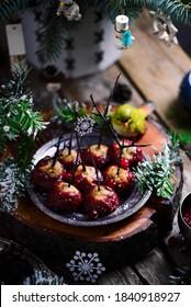 Des boulettes de viande de Turquie glacées de canneberges dans un décor de Noël. mise au point sélective
