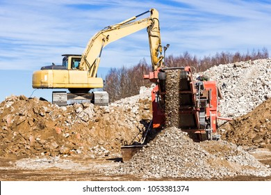 Crawler Mobile Crusher and excavator Crushing concrete.