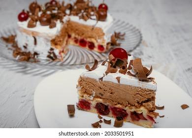 Creme Kuchen mit Kirschen. Stück Kuchen auf einem Platten. Süßes Essen. Süßer Nachtisch. hausgemacht.
