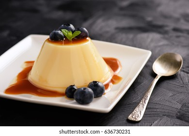 Cream pudding with caramel sauce and blueberries.