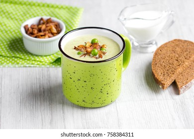 Cream soup of green peas, broccoli, spinach with crispy onion fries in �up, tasty food
