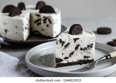 Creamy no bake cheesecake with chocolate cookies. biscuit cake with cream cheese