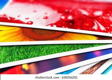 Konzept der kreativen abstrakten digitalen Fotografie und der bildgebenden Bildverarbeitung: 3D-Darstellung der Makroansicht eines Stapels von bunten Fotokarten mit selektivFokuseffekt