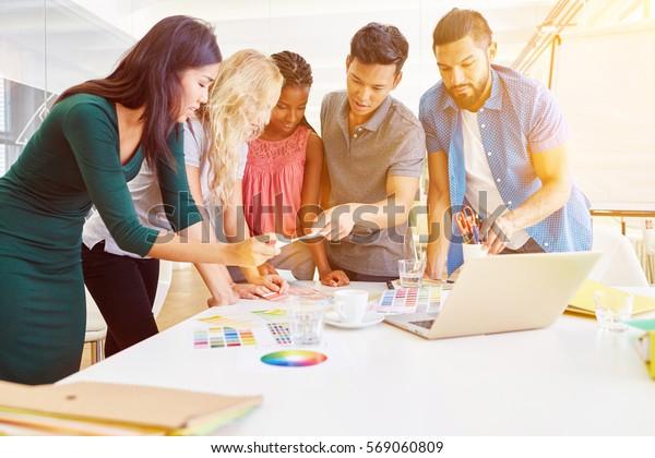 Kreative Business-Workshop mit neu gegründetem jungen Team im Büro