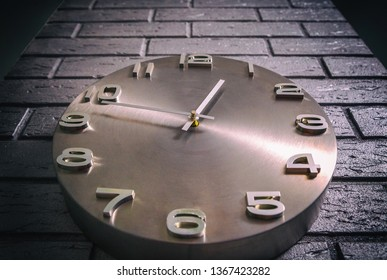 Creative concept of wall clocks, time ahead, clock or time on the background of brick wallчасы,