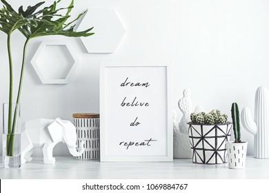 创意办公桌配有模拟白色框架、仙人掌、大象和笔记。 白色和自然的概念。