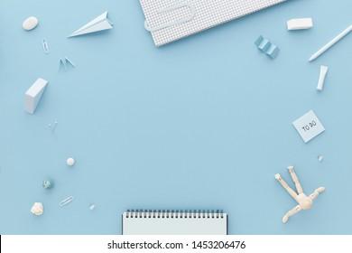 Kreative flache Laienzusammensetzung, blauer Schreibtisch mit Leerraum und Schreibwaren um die Ecke.Zurück zum Schulkonzept.