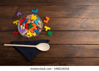Kreatives Konzept - Holzpuzzles in Schüssel mit Löffel. Entwickeln Sie eine neue Idee, Nahrung für Inspiration.
