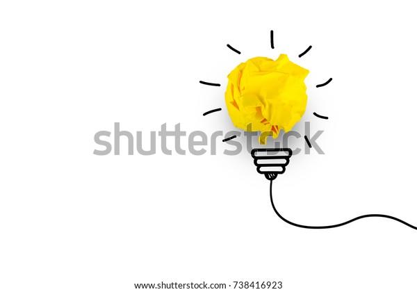 Творческая идея, вдохновение, новая идея и инновационная концепция с лампочкой Crumpled Paper на белом фоне.