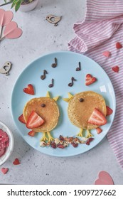 Kreative Idee für ein Kinderfrühstück - lustige Pfannkuchen-geformte süße Vögel