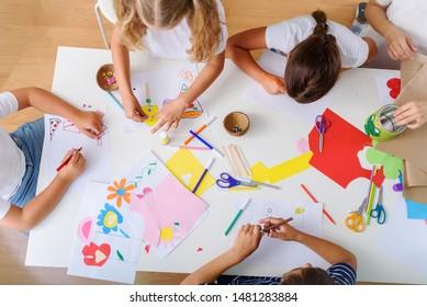 Niños creativos. Clases de artes creativas y artesanías después de las actividades escolares.