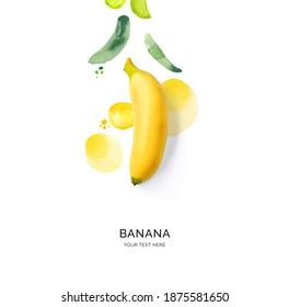 Kreatives Layout aus Banane mit Aquarellpunkten auf weißem Hintergrund. Flat lay. Lebensmittelkonzept.