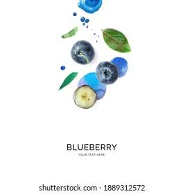 Kreatives Layout aus Blaubeeren auf Aquarellhintergrund. Flat lay. Lebensmittelkonzept.