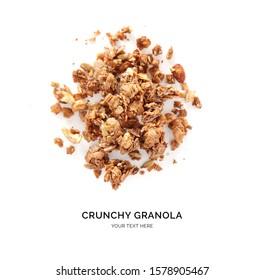 Kreatives Layout aus Schokoladengranola einzeln auf weißem Hintergrund. Flat lay. Lebensmittelkonzept.