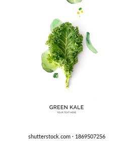 Kreatives Layout aus grünem Glas mit Aquarellpunkten auf weißem Hintergrund. Flat lay. Lebensmittelkonzept.