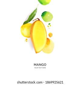 Kreatives Layout aus Mango mit Aquarellpunkten auf weißem Hintergrund. Flat lay. Lebensmittelkonzept.