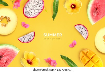 Kreatives Layout aus Melon, Wassermelone, Drachenfrucht, Mango und Blumen auf gelbem Hintergrund.  Tropische flache Lage. Sommerfrüchte-Konzept.