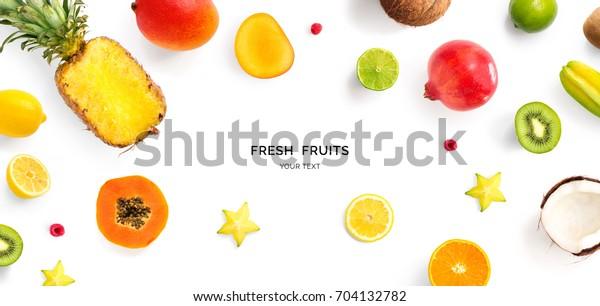 Kreatives Layout aus Ananas, Kiwi, Zitrone, Limette, Orange, Papaya, Kokosnuss, Granatapfelsaum und Carambola.Flat lay. Lebensmittelkonzept.