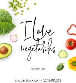 """Kreatives Layout aus Zitat """"Ich liebe Gemüse"""".  Lebensmittelkonzept. Tomate, Gurken, Pfeffer, Radieschen, Kohl und grüne Erbsen auf weißem Hintergrund."""