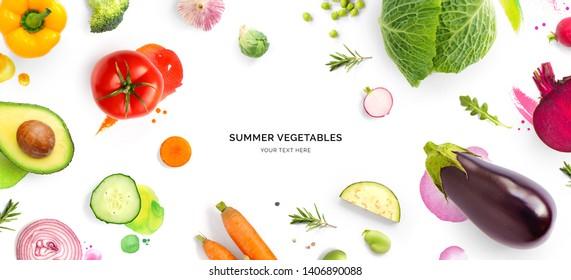 Kreatives Layout aus Tomate, Gurken, Pfeffer, Zwiebeln, Karotten, Zuckerrüben, Auberginen, Kohl, Knoblauch, Brokkoli und grünen Bohnen auf Aquarellhintergrund. Flat lay. Lebensmittelkonzept.