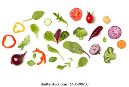 Disposition créative faite de tranches de tomate, oignon, concombre, feuilles de basilic. Plat lay, vue de dessus. Légumes isolés sur fond blanc. Motif d'ingrédient alimentaire.
